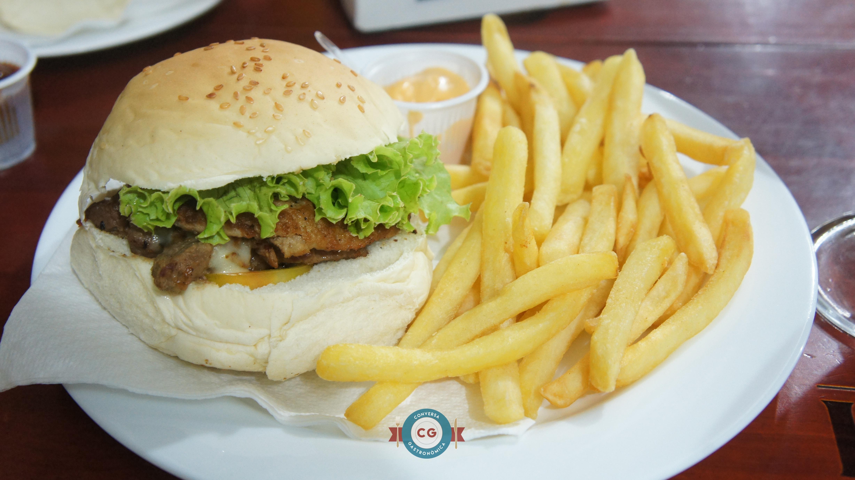 Montana: pão com gergelim, hambúrguer bovino, filé de carne, bacon, queijo e salada