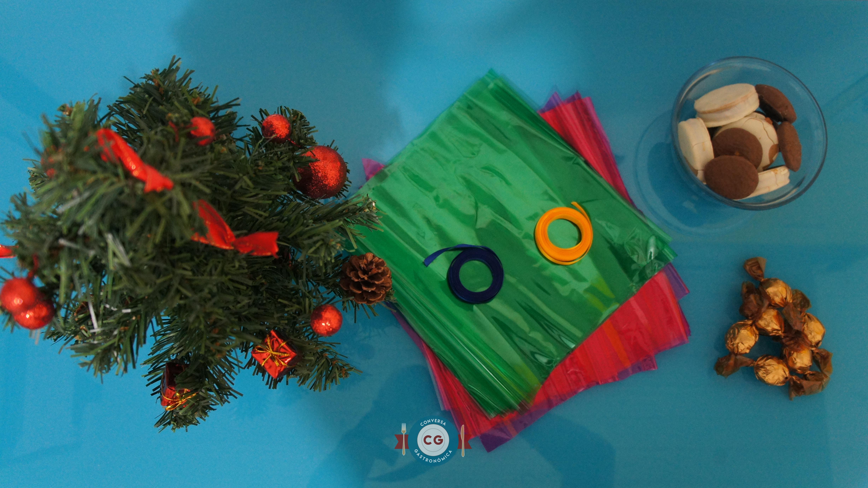 Material: árvore de natal, papel celofane, fita de cetim e guloseimas