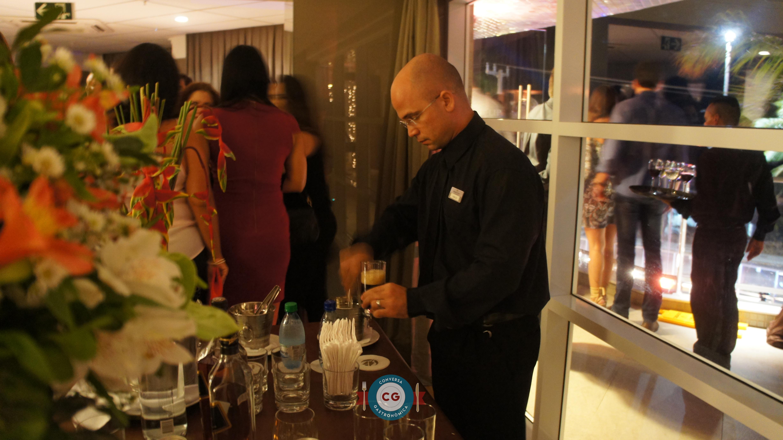 Profissão da boemia: barman, bartender e garçom