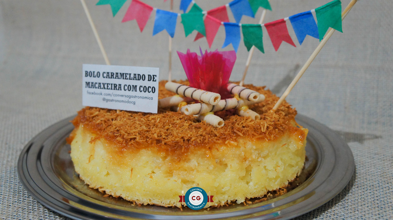 Prepare um bolo caramelado de macaxeira com coco