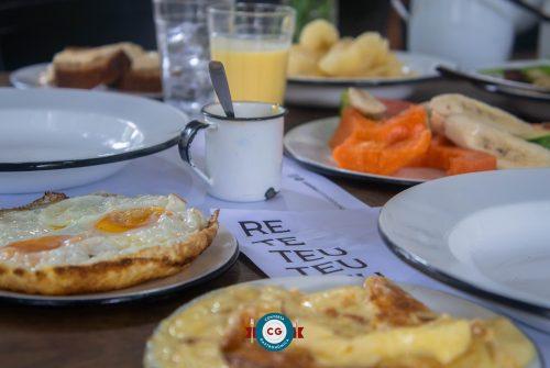 Comida honesta à mesa: café da manhã Reteteu