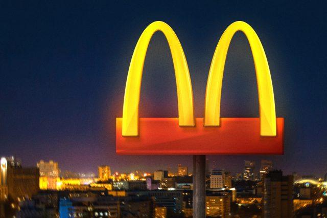 McDonald's opera por delivery, drive-thru e pedidos para viagem durante quarentena