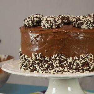 No dia das crianças, saiba como fazer bolo de brigadeiro