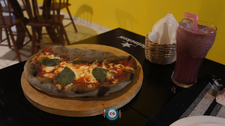 A pizza Mezza é uma exclusividade da casa. Ela é metade Marguerita e metade calzone (R$23,90)